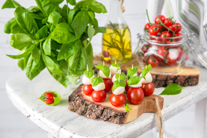 Klasyczni włoszczyzny Caprese Canapes Sałatkowi Z pomidorami, mozzarellą I Świeżym basilem, zdjęcie royalty free