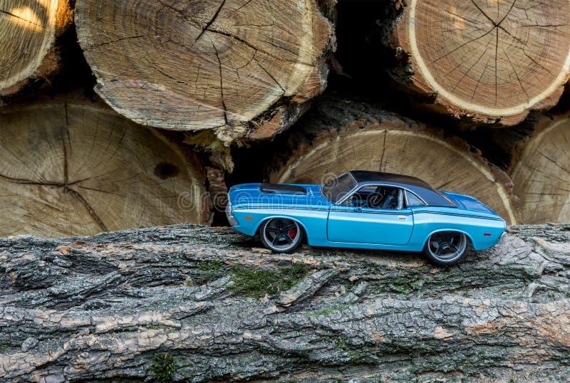 Klasyczny błękit zabawki samochód na tła drewnie fotografia royalty free
