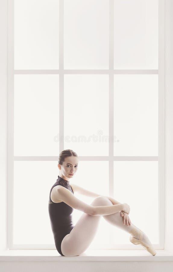 Klasyczny Baletniczego tancerza portret przy nadokiennym tłem zdjęcie stock