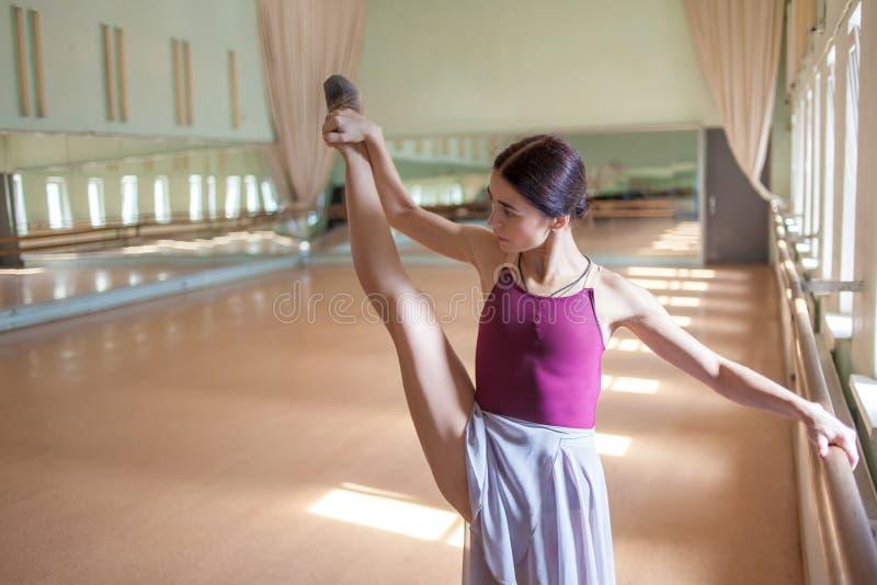 Klasyczny baletniczy tancerz pozuje przy barre na próbie obraz stock