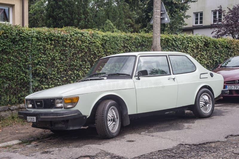 Klasyczny biały Saab 99 samochód parkujący obrazy stock