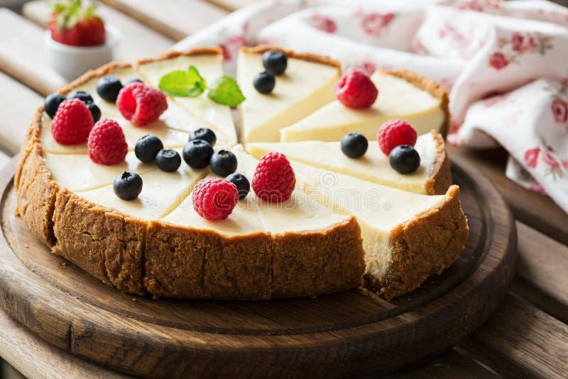 Klasyczny Cheesecake z świeżymi jagodami na drewnianej desce, selekcyjna ostrość fotografia stock