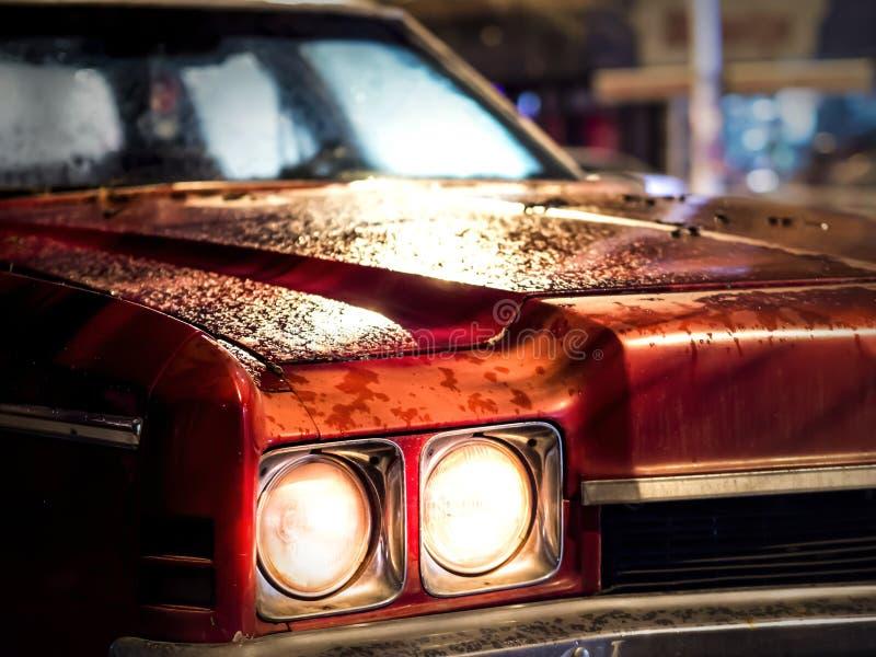 Klasyczny czerwony samochód i reflektory dla stołu, tapety lub pokrywa obraz stock