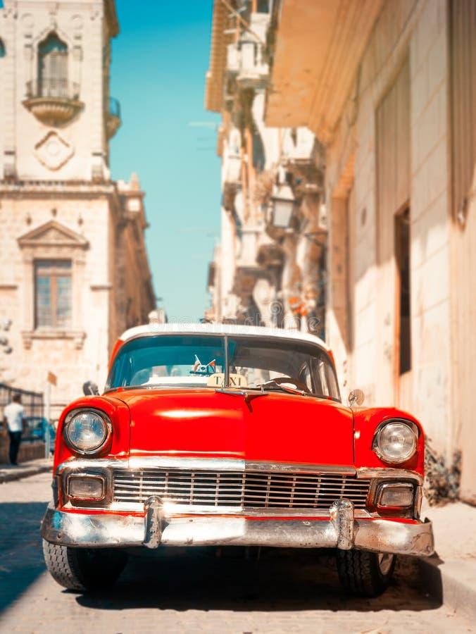 Klasyczny czerwony samochód na wąskiej ulicy w starej Hawanie zdjęcia royalty free