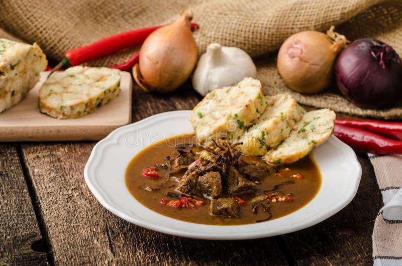 Klasyczny Czeski goulash z kluchami obrazy stock