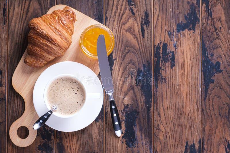 Klasyczny francuski śniadanie rogalik i pomarańczowy dżem zdjęcia stock