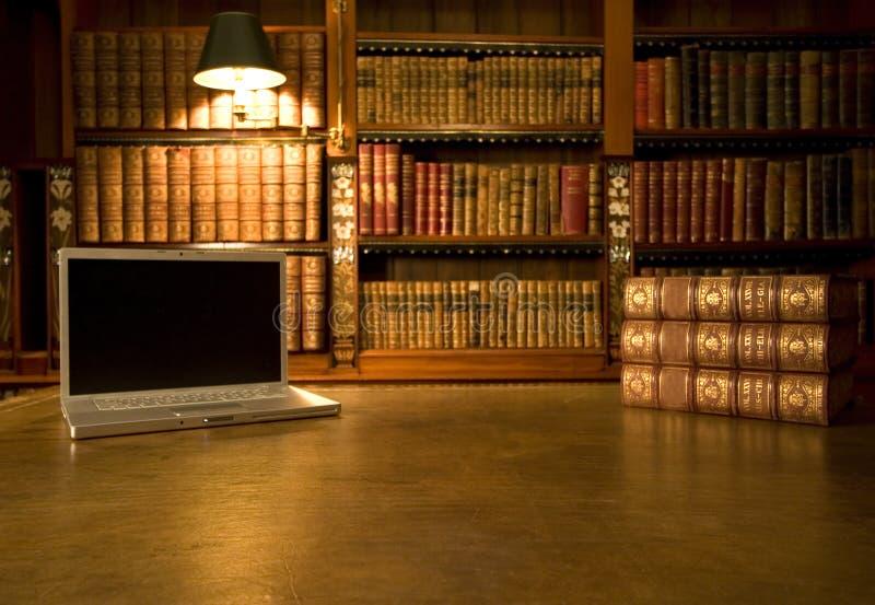 klasyczny laptopa do biblioteki zdjęcie stock