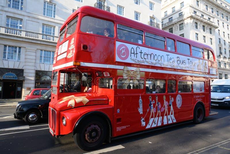 Klasyczny Londyński czerwony dwoistego decker autobus dla popołudniowej herbaty autobusowej wycieczki turysycznej obrazy royalty free