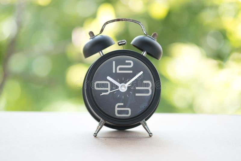 Klasyczny machinalny dzwonu zegar na czerni kropkującym zdjęcie stock