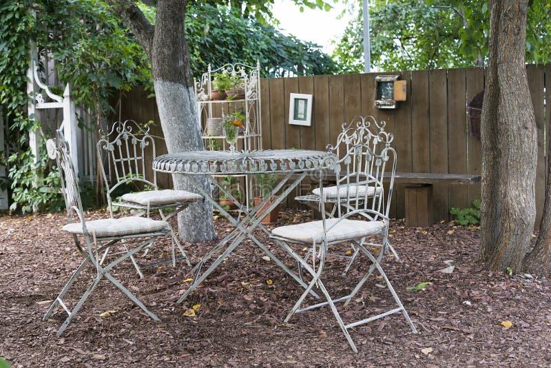 Klasyczny meble, metali stołowi krzesła w lato parku fotografia stock