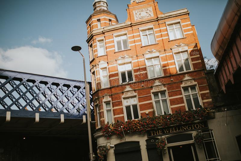 Klasyczny mieszkanie budynek umieszczający między dwa taborowych i drogi mostami w słonecznym dniu w Londyn, UK zdjęcie royalty free