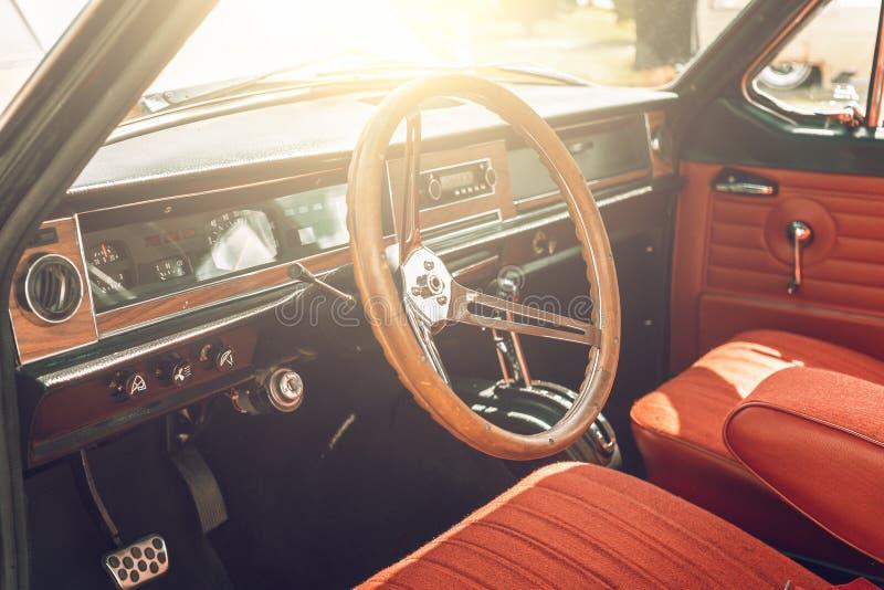 Klasyczny retro lub rocznik samochodowy wnętrze z kierownicą w zmierzchu świetle, zakończenie w górę obrazy royalty free