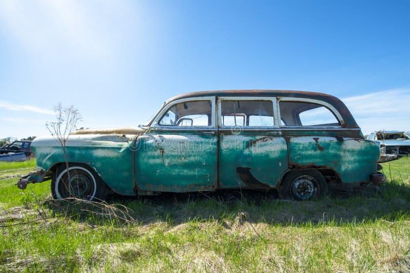 Klasyczny rocznika furgon, Junkyard samochód obrazy stock