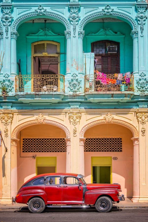 Klasyczny rocznika samochód i kolorowi kolonialni budynki w Starym Hawańskim Kuba zdjęcie stock