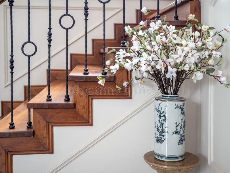 Klasyczny rocznika schody w rówieśnika domu zdjęcia stock