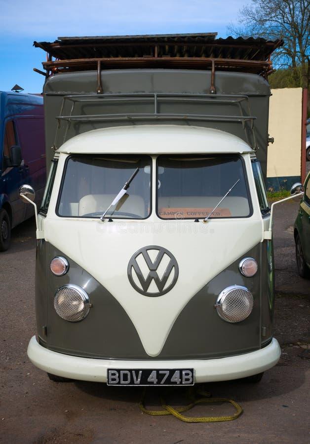 Klasyczny rocznika wolkswagena transporteru obozowicza samochód dostawczy, Devon, UK, Kwiecień 2, 2018 obraz royalty free