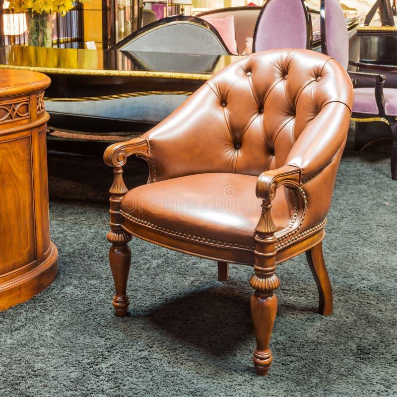 Klasyczny krzesło w meblarskim sklepie obrazy royalty free