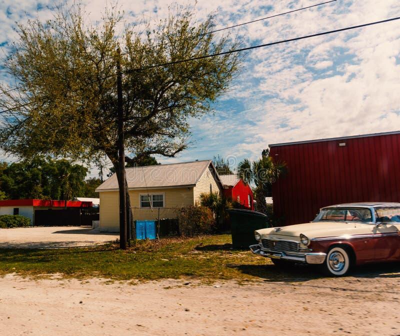 Klasyczny samochód i mali domy w Amerykańskiej wsi obrazy stock
