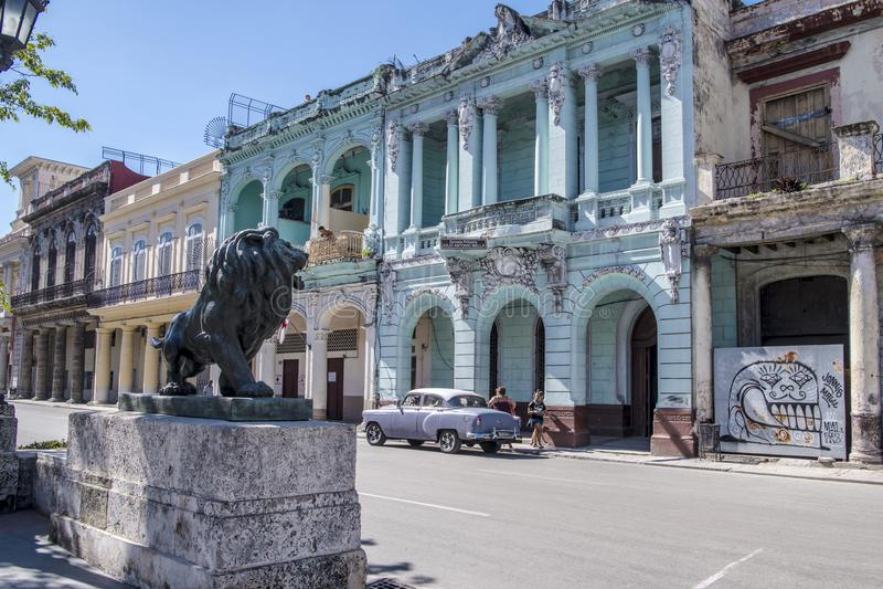 Klasyczny samochód przed kolonialnym architectur, Hawańskim, Kuba zdjęcie stock