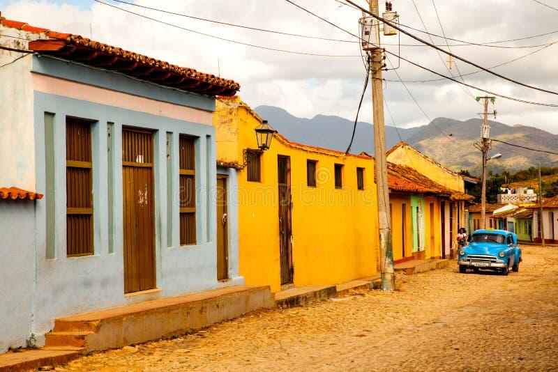 Klasyczny samochód w ulicie kolonialny grodzki Trinidad, Kuba zdjęcie stock