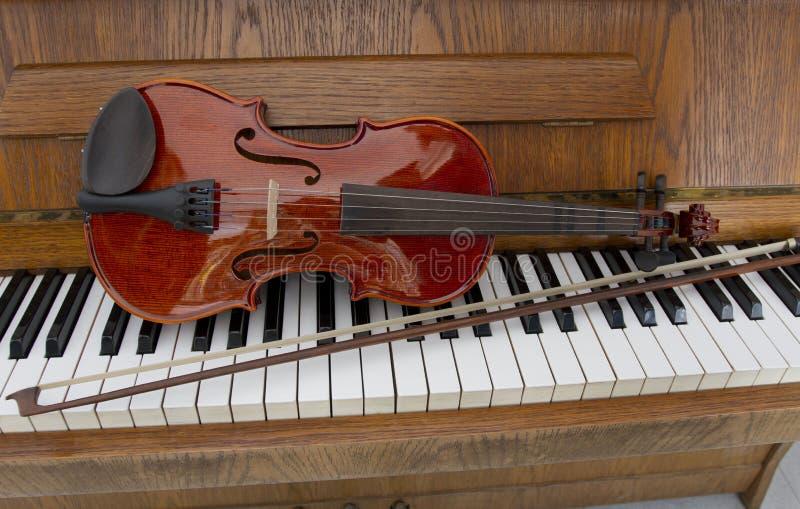 Klasyczny skrzypce na drewnianych fortepianowych kluczach Klasyczny skrzypce na pianinie dla muzycznego tła pojęcia Wakacje konce zdjęcia stock