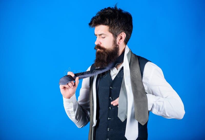 klasyczny styl Dlaczego dopasowywać krawat z koszula i kostiumem Obsługuje brodatego modnisia chwyt few krawaty na błękitnym tle  fotografia royalty free