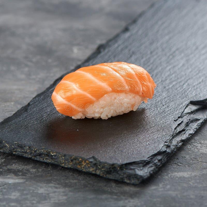 Klasyczny suszi z łososiem na czerni zdjęcia stock