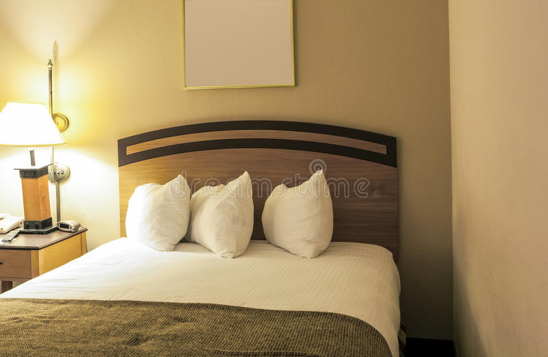 Klasyczny sypialni wnętrze z królewiątko rozmiaru łóżkiem i linią Ustawiony fotografia stock
