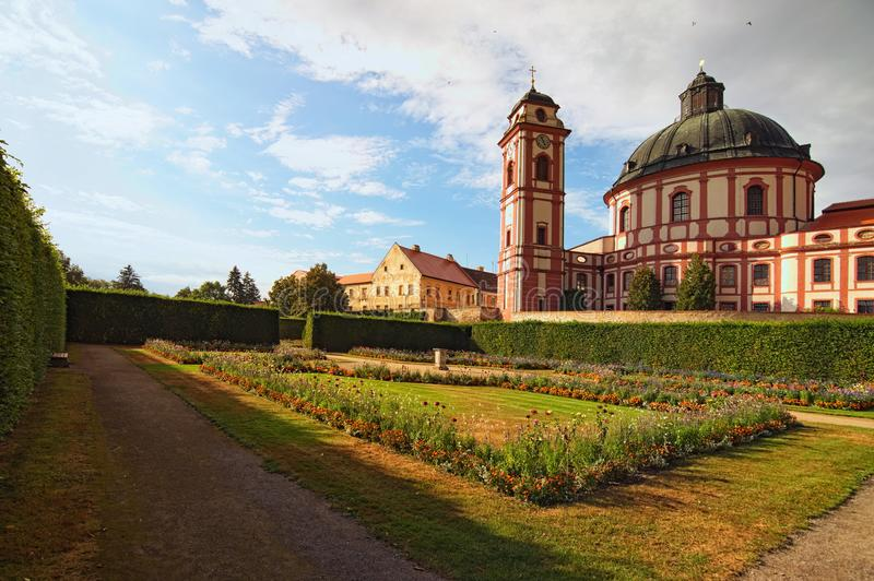 Klasyczny szeroki kąta widok zadziwiająca katedra i sceniczny ogród w sławnym barokowym pałac Jaromerice nad Rokytnou fotografia royalty free