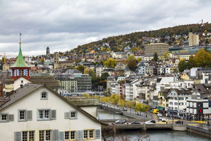 Klasyczny szwajcarski pejzaż miejski przy dżdżystym jesień dniem, Zurich, Szwajcaria obrazy stock