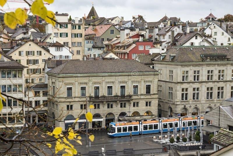 Klasyczny szwajcarski pejzaż miejski przy dżdżystym jesień dniem, Zurich, Szwajcaria zdjęcie stock