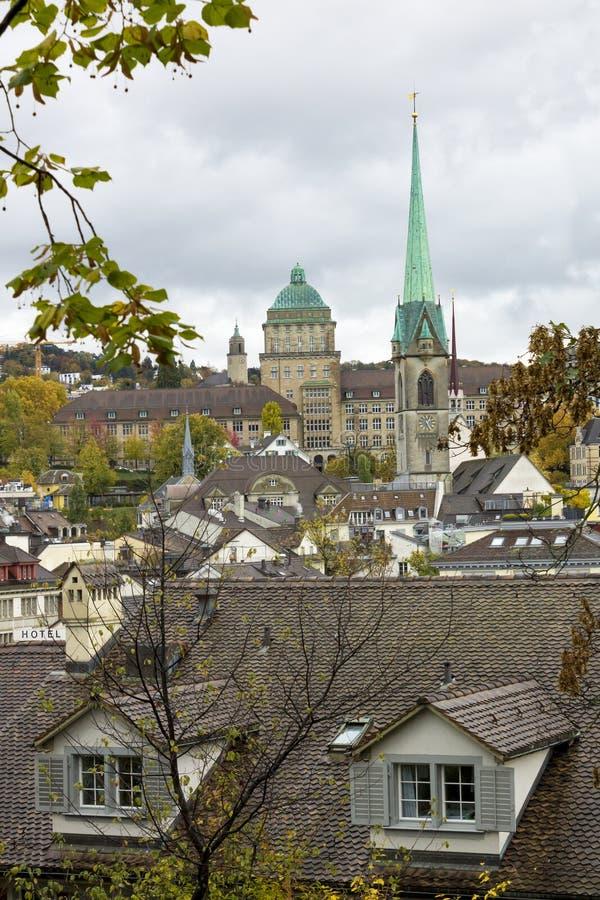 Klasyczny szwajcarski pejzaż miejski przy dżdżystym jesień dniem, Zurich, Szwajcaria zdjęcia royalty free