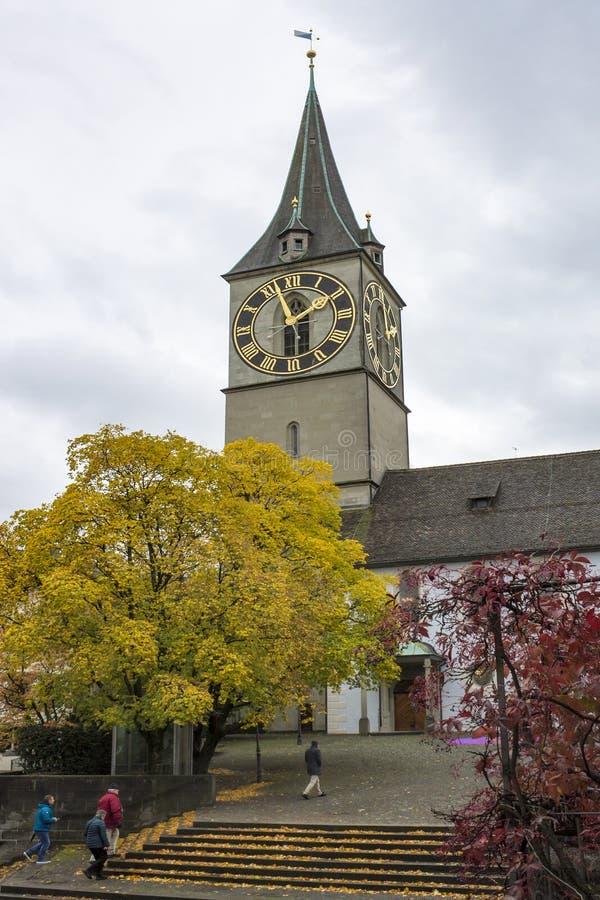 Klasyczny szwajcarski pejzaż miejski przy dżdżystym jesień dniem, Zurich, Szwajcaria obraz royalty free