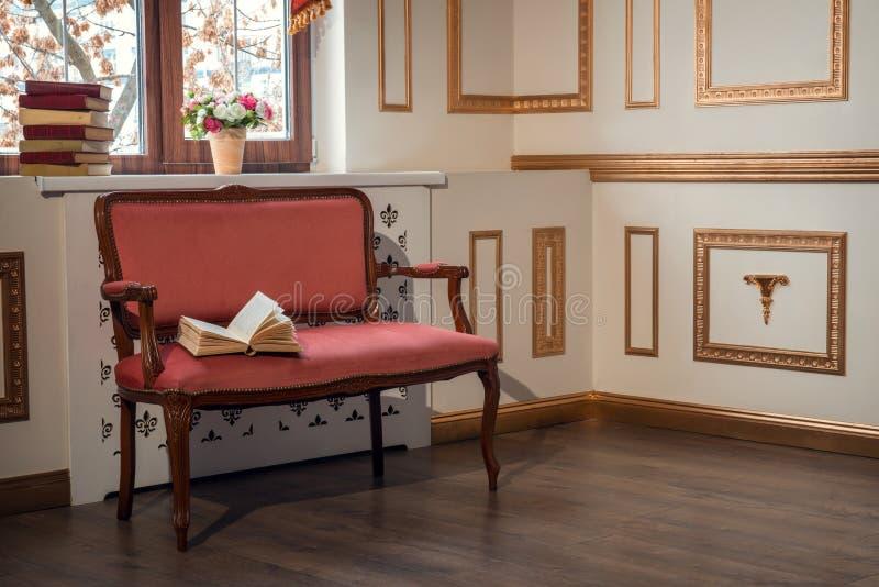 Klasyczny wnętrze z barocco leżanką zdjęcia stock