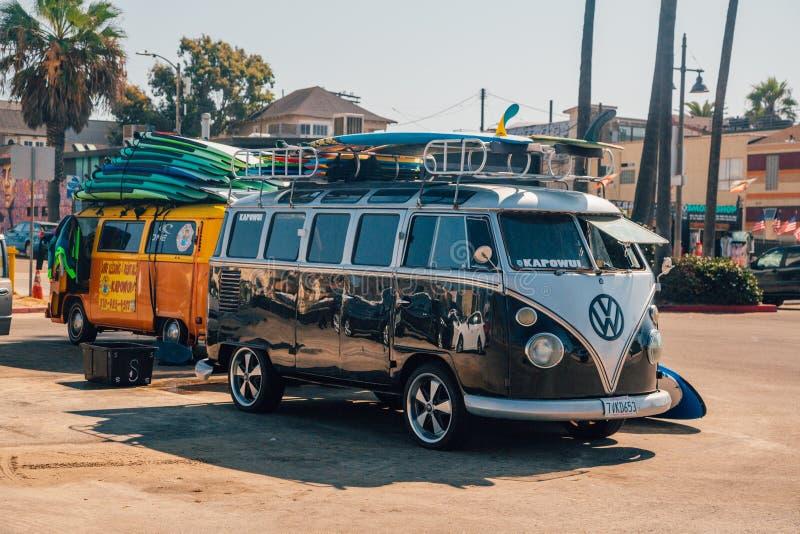 Klasyczny wolkswagen Van folował z kipieli deskami obrazy royalty free