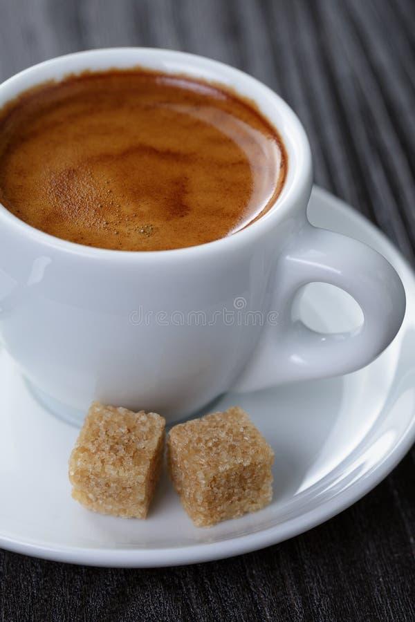 Download Klasyk Dwoista Kawa Espresso Na Drewno Stole Zdjęcie Stock - Obraz złożonej z klasyk, trzcina: 41955482