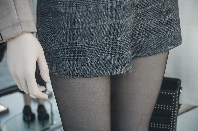 Klasyk krótki dla kobiet w moda sklepu sala wystawowej obraz royalty free