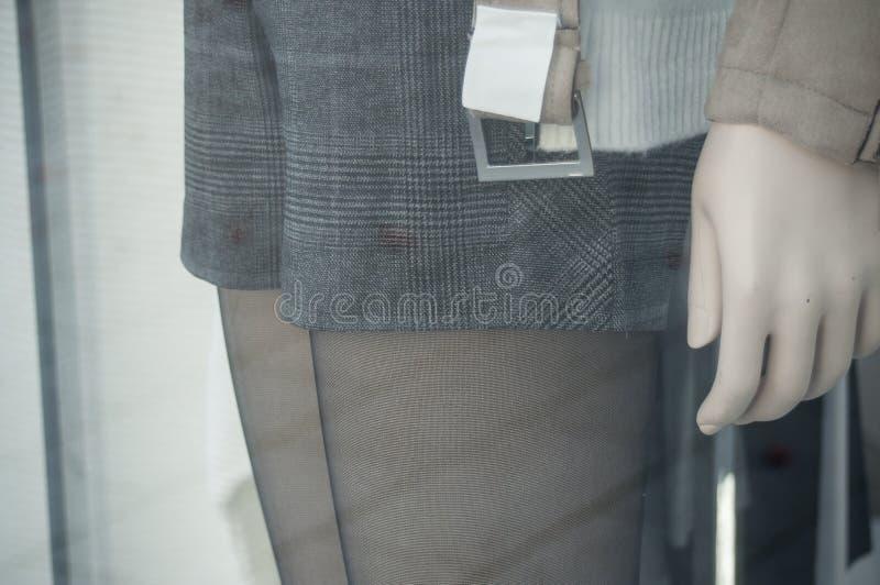 Klasyk krótki dla kobiet w moda sklepu sala wystawowej zdjęcia royalty free