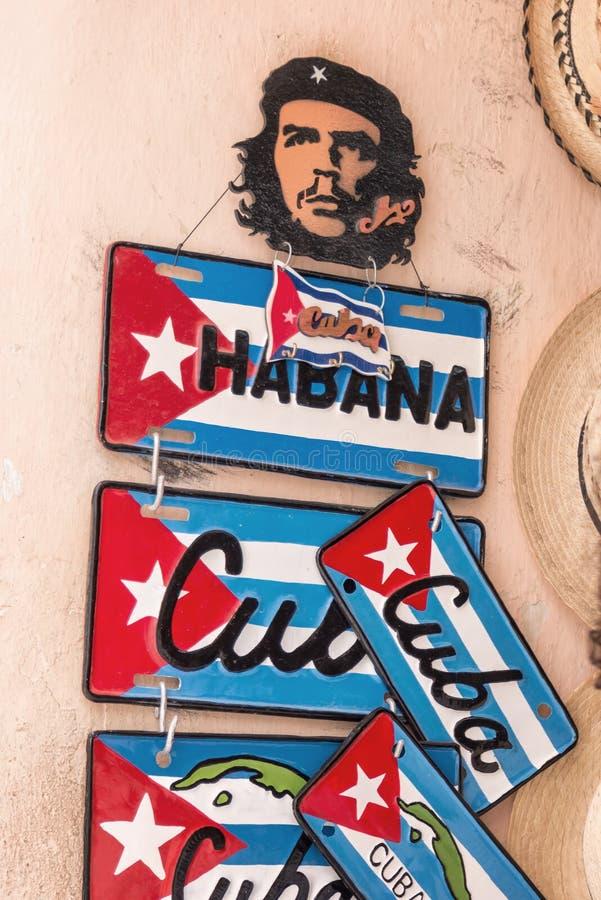 Klasyk matrycuje Che Guevara i pamiątkarskie tablicy rejestracyjne dla sprzedaży w stary Hawańskim zdjęcie royalty free