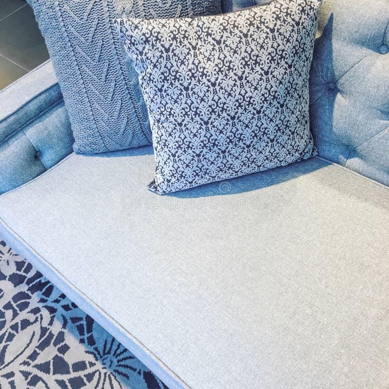 Klasyk stylowa kanapa z poduszkami w mroźnych szarych brzmieniach zdjęcie royalty free