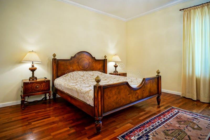 Klasyk stylowa sypialnia w luksusowym hotelu zdjęcia royalty free