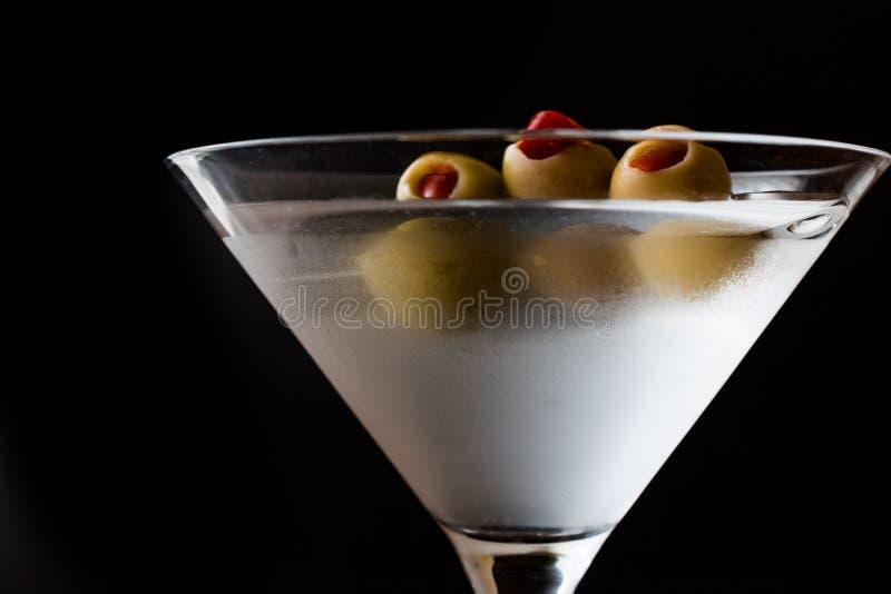 Klasyk Suchy Martini z oliwkami fotografia royalty free