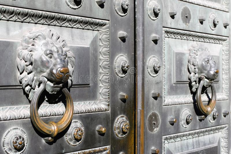 Klasyka żelaza brama z rękojeściami w postaci lwa przewodzi w centrum St Petersburg, Rosja obrazy royalty free
