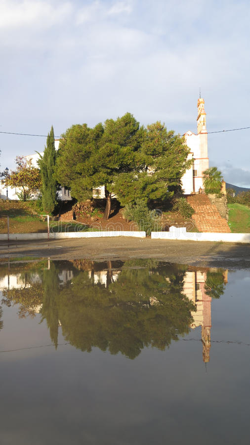 Klasztor odbijający w podeszczowej wodzie obraz stock