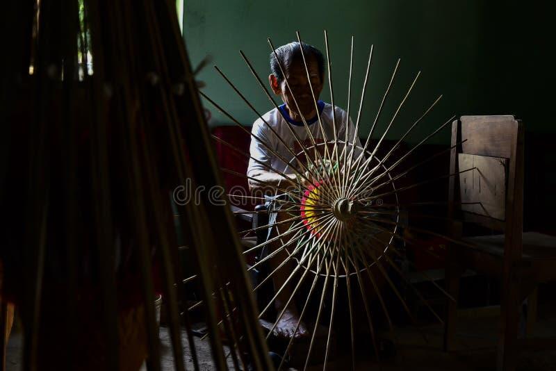 Klaten Indonésie. 15 juin 2015. Activités des fabricants traditionnels de parapluies de Juwiring Klaten Indonésie image stock