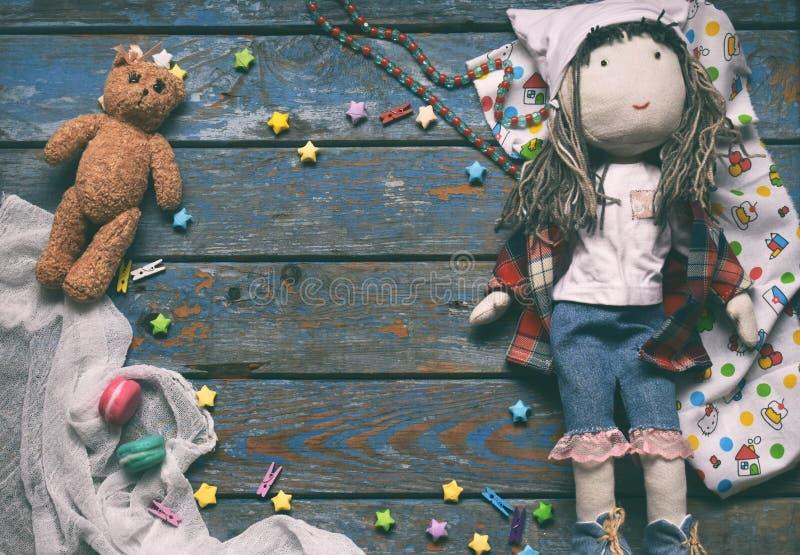 Klatka dziecięca z zabawką, lalką, gwiazdami papieru, misiami Koncepcja strefy dzieci Umieść tekst zdjęcie stock