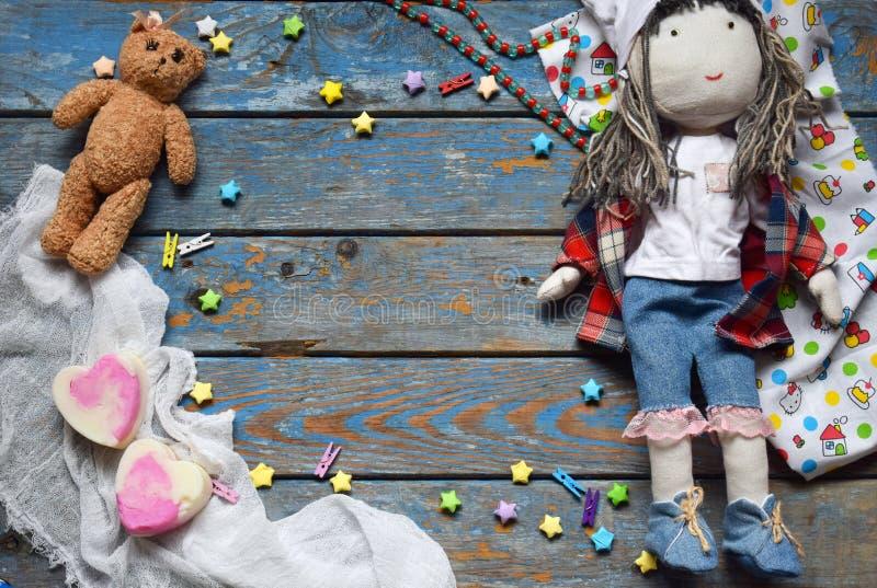 Klatka dziecięca z zabawką, lalką, gwiazdami papieru, misiami Koncepcja strefy dzieci Umieść tekst obraz royalty free