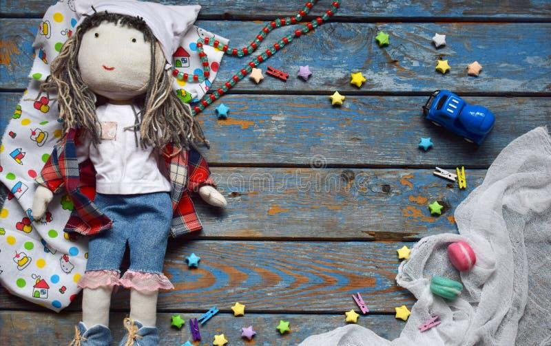 Klatka dziecięca z zabawką, lalką, małym zabawkowym autem, gwiazdami papieru Koncepcja strefy dzieci Umieść tekst obrazy stock