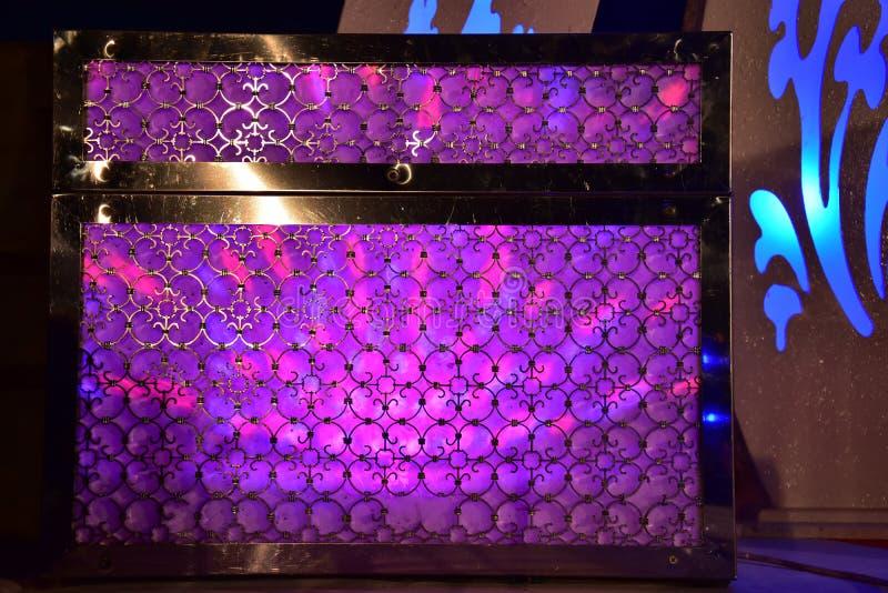 Klatka piersiowa purpury zaświeca na scenie dla ślubu obraz stock