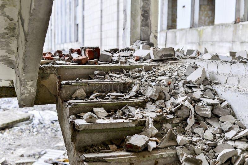 Klatka schodowa betonowi budynki śmiecący z gruzami kamienie i beton obraz stock